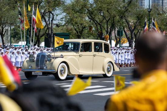 哇集拉隆功携王后抵达曼谷大皇宫,参加加冕仪式