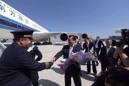 民航局局长冯正霖向机长献花祝贺。摄影/潘之望