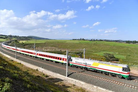 在埃塞俄比亞首都亞的斯亞貝巴附近,一列試運行列車在亞吉鐵路上行駛。(新華社)