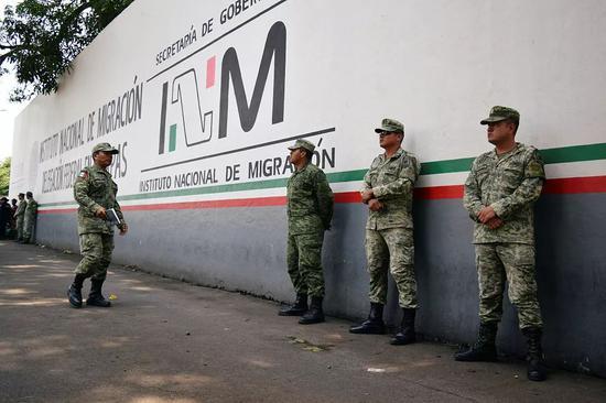 當地時間5月23日,墨西哥國民警衛隊在一所移民拘留中心外站崗。/視覺中國
