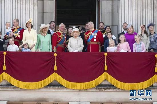 英女王伊丽莎白二世(中)和王室成员在白金汉宫阳台上庆祝生日。
