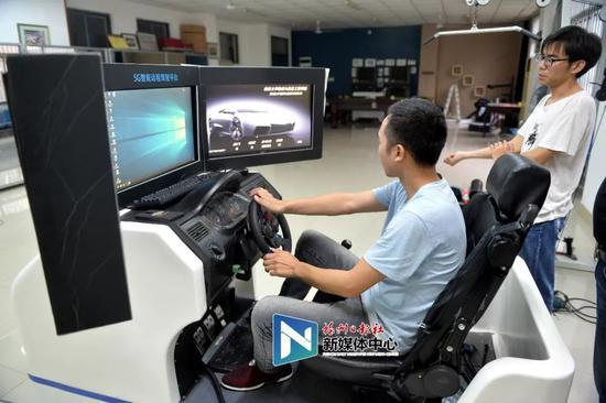 技术人员远程控制操作福建省内首辆5G扫路机。张人峰/摄
