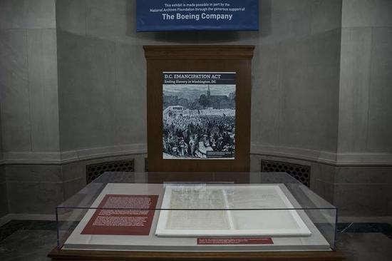 當地時間4月16日,《解放黑人奴隸宣言》原件在華盛頓特區國家檔案館展出。/視覺中國