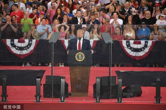 """▲當地時間7月4日,美國總統川普出席在林肯紀念堂舉辦的""""致敬美國""""慶典活動。圖/視覺中國"""