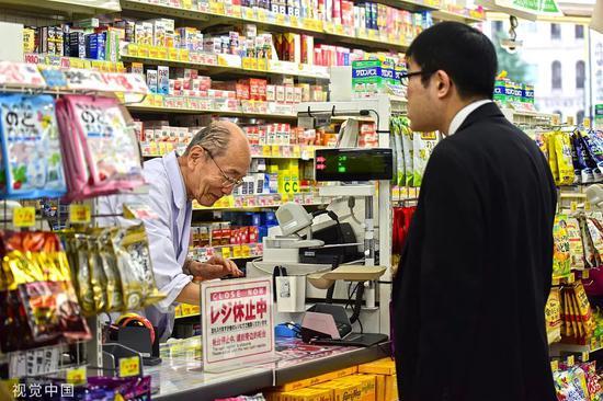 在便利店工作的日本老爷爷。