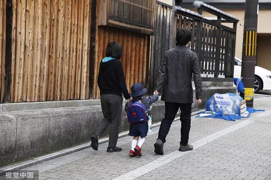 日本一家三口。