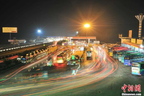资料图:高速路上的客运车辆。中新社发 洪坚鹏 摄