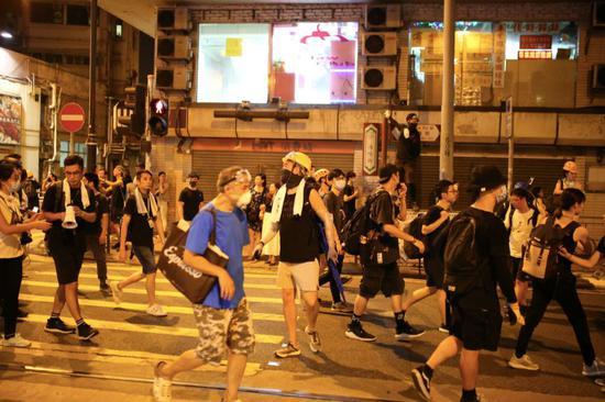 香港示威者冲击中联办 这是我们在现场看到的真相