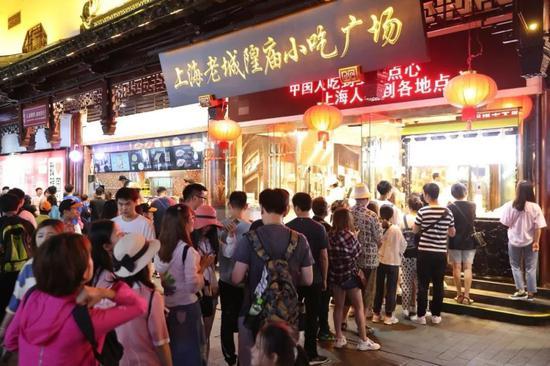 上海豫园夜市特色美食吸引食客大排长龙。中新社记者 张亨伟 摄