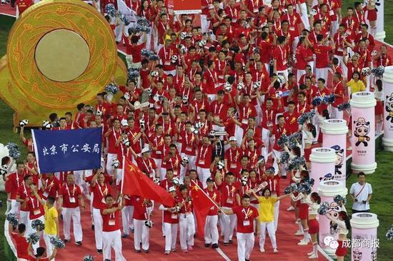 """香港代表队出席成都世警会观众高呼""""雄起""""力挺"""