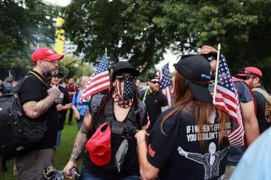 參加遊行的示威者戴着面罩圖片來源:推特