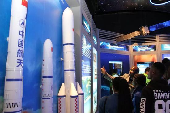 8月19日,在纳米比亚斯瓦科普蒙德,当地青少年参观航天展览。新华社记者吴长伟摄