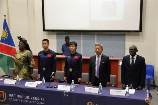 8月22日,在纳米比亚首都温得和克,中国航天员刘洋(前左三)、陈冬(前左二)在纳米比亚科技大学参加交流活动。新华社发(卡萨克摄)