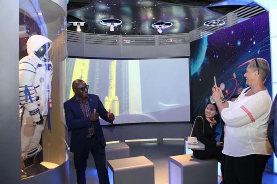 8月19日,在纳米比亚斯瓦科普蒙德,观众在航天展览上拍照。新华社记者吴长伟摄