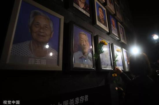2018年12月6日,侵华日军北京年夜搏斗罹难同胞留念馆为逝世的北京年夜搏斗幸存者王秀英、赵金华、陈广逆举办熄灯、吊唁典礼。(图/视觉中国)