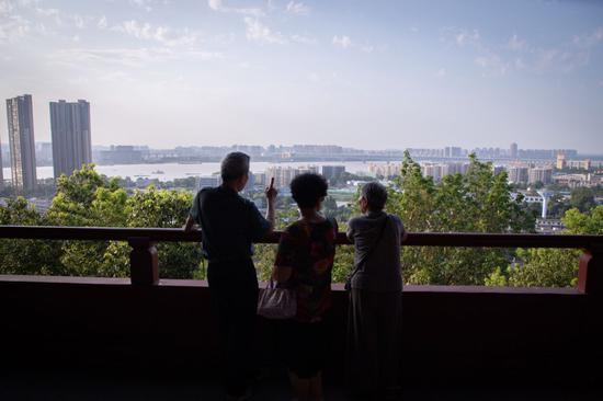 2019年8月,北京市平易近正在阅江楼远望少江(图/纵相消息)