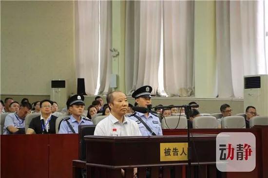 贵州新闻联播报道:法院公开审理袁仁国受贿一案