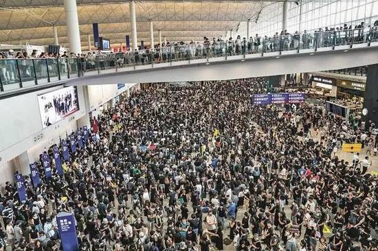 示威者阻塞香港国际机场