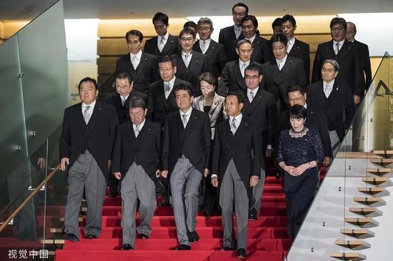 9月11日,日本內閣改組,新一屆內閣19名成員當日一起拍攝合影。/視覺中國