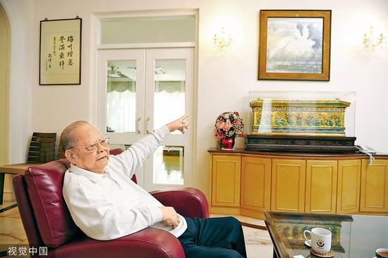 2012年9月,香港。曾宪梓在家中接受媒体采访。图片来自视觉中国
