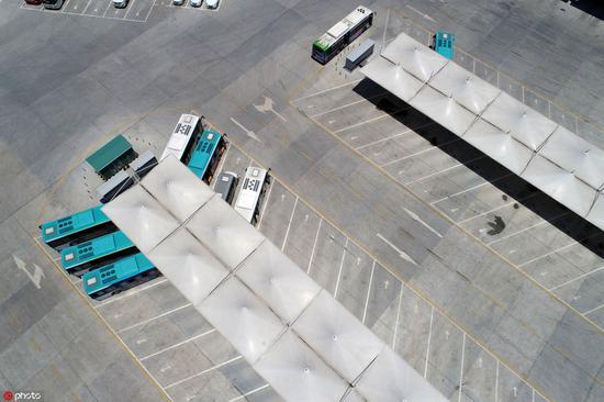 (湖北襄陽,電動公交正在停車場充電,圖片來源:東方IC。)
