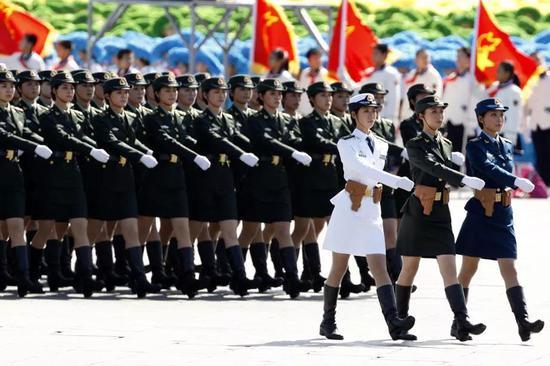 2009年10月1日,北京,首都各界庆祝中华人民共和国成立60周年大会在北京举行。阅兵式上女兵方阵成为一道靓丽风景。图片来源:中国新闻网