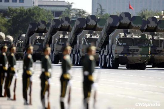 国庆60周年阅兵10月1日上午在天安门广场成功举行。由人民解放军、武装警察部队和民兵预备役部队8000余名官兵组成的受阅方阵接受检阅。中新社发 盛佳鹏 摄