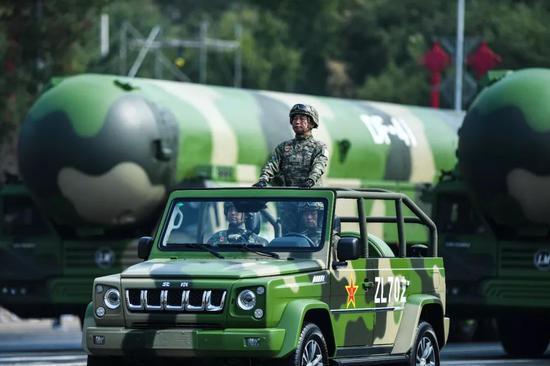 那是春风-41核导弹圆队发队车。新华社记者 陶明 摄