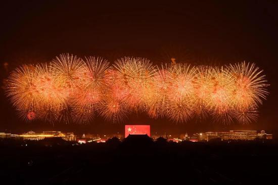 10月1日早,庆贺中华群众共战国建立70周年联悲举动正在北京天安门广场举办。新华社记者 张宏祥 摄