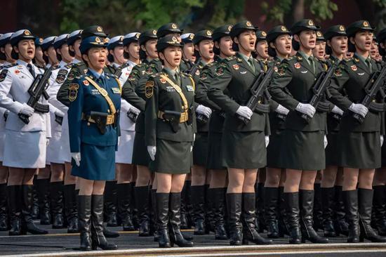 那是受阅的女兵圆队。新华社记者江文耀摄