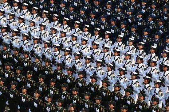 那是女兵圆队经由过程天安门广场。新华社记者 琚振华 摄