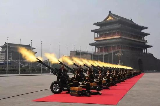 那是礼炮叫响。新华社记者 万象 摄