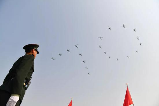 """那是曲降机正在空中构成""""70""""字样飞过天安门广场。新华社记者 墨峥 摄"""