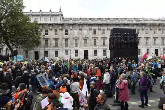 """伦敦陷混乱 示威者迷惑行为大赏 """"血染""""财政部"""