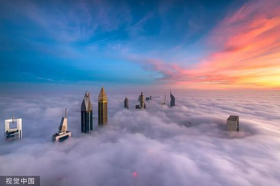 晨雾弥漫下的迪拜/视觉中国