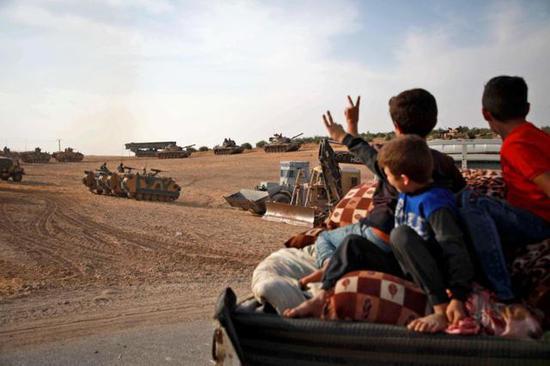 土耳其军队与叙利亚反对派武装一起进军叙利亚北部 图/视觉中国