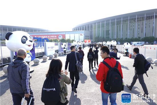 ↑11月5日,观众准备进入第二届进博会会场。新华社记者 才扬 摄