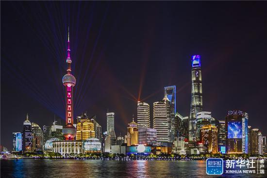 ↑上海陆家嘴夜景(11月5日摄)。新华社发(王翔 摄)