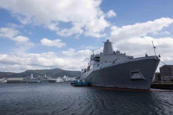 """""""新奥尔良""""号两栖船坞运输舰停泊在日本佐世保海军基地"""
