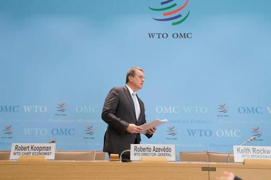 4月2日,在瑞士日内瓦,世贸组织总干事阿泽维多出席记者会。新华社记者徐金泉摄