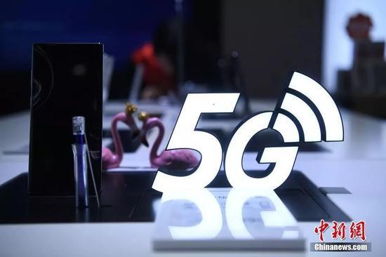 10月31日,重庆一手机售卖点销售的5G手机。当日,中国5G正式商用,三大电信运营商公布了5G套餐。中新社记者 陈超 摄