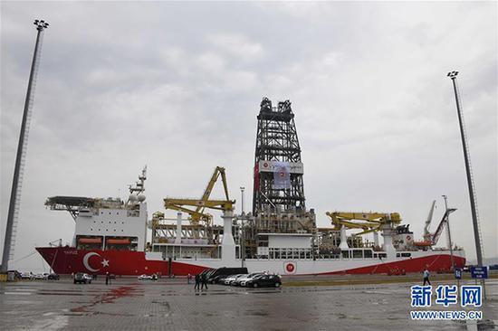 """这是6月20日拍摄的停泊在土耳其西北部科贾埃利省一港口的""""亚武兹""""号钻探船。土耳其当日向地中海东部派遣第二艘油气钻探船""""亚武兹""""号。 新华网 资料图"""
