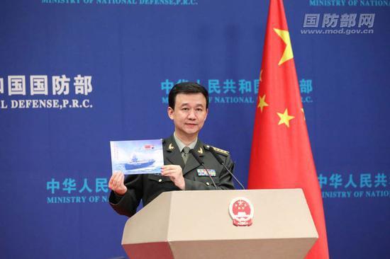 12月26日下午,国防部举行例行记者会,国防部新闻局局长、国防部新闻发言人吴谦大校答记者问。伍行健 摄