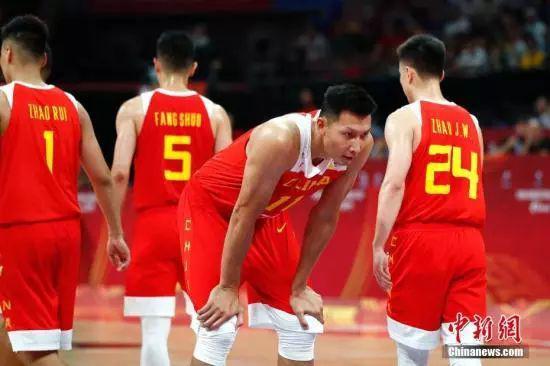 资料图:9月4日,在北京举办的2019年国际篮联篮球世界杯A组小组赛中,中国队59:72不敌委内瑞拉队。图为中国球员易建联(右二)在罚球线等待罚球。中新社记者 富田 摄