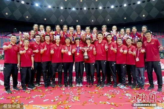 资料图:2019年女排世界杯颁奖仪式上,中国女排登上世界杯最高领奖台,实现了三大赛十冠王的壮举。LEO 摄