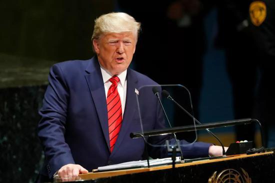 """2019年9月24日,在位于纽约的联合国总部,美国总统特朗普在第74届联合国大会一般性辩论上发言时说,""""除非伊朗改变其威胁行为"""",否则美国将持续对伊朗""""极限施压""""。新华社记者李木子 摄"""