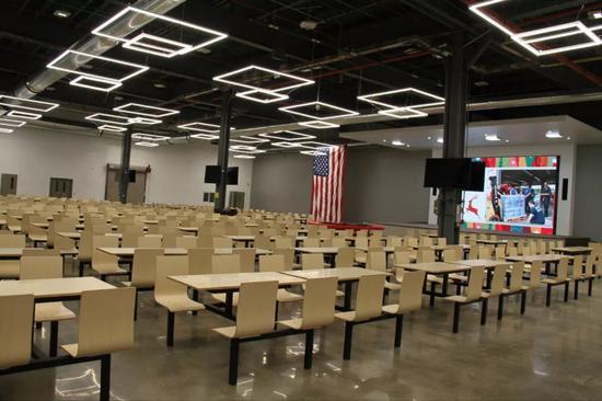中国老板在美国工厂开千人大食堂 美员工连连比心图片