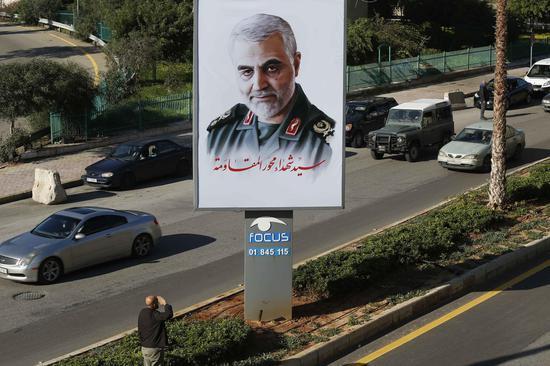 ▲1月6日,在黎巴嫩贝鲁特,一名男子向苏莱曼尼的肖像敬礼。|新华社