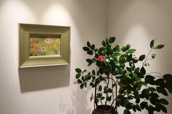 这是在日本东京银座拍摄的王传峰美术馆一角,墙上是王传峰的美术作品。新华社记者 杜潇逸 摄