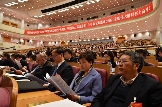 1月14日上午,北京市第十五届人民代表大会第三次会议第二次全体会议,市人大代表听取《北京市人民代表大会常务委员会工作报告》。摄影/新京报记者 吴江